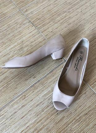 Лаковые туфли с открытым носком