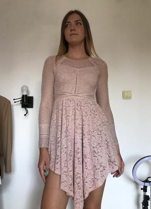 Пудровое нарядное кружевное платье с сеточкой