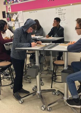 Стол для школьников с регулировкой высоты