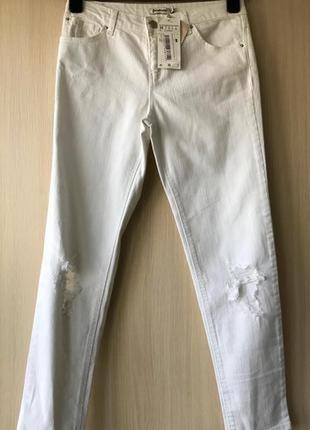 Белые рваные джинсы stradivarius / xs