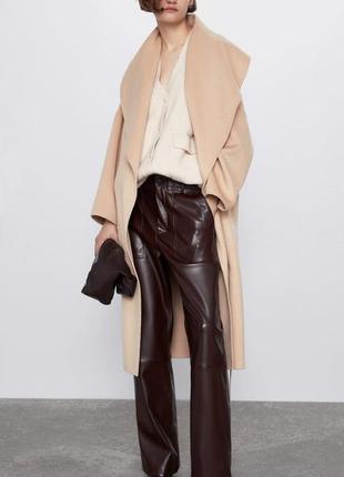 Пальто- халат zara светло-бежевого цвета с поясом