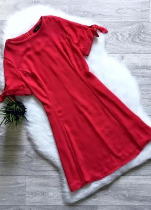 Платье с завязками на рукавах