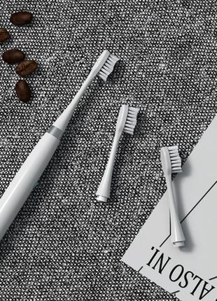 Электрическая зубная щетка с тремя насадками