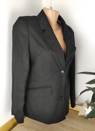 Классический черный пиджак.