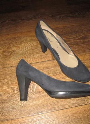 Удобные кожаные туфли на каблуке