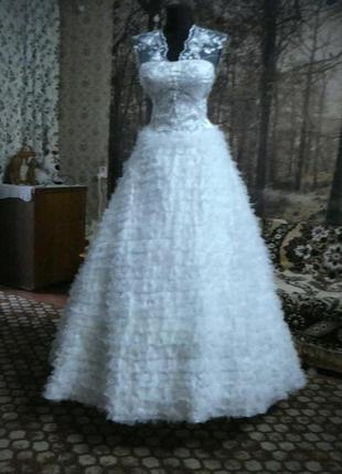 СВадебное платье с пушистой юбкой.