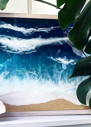 Море с эпоксидной смолы на столике для завтрака ноутбука