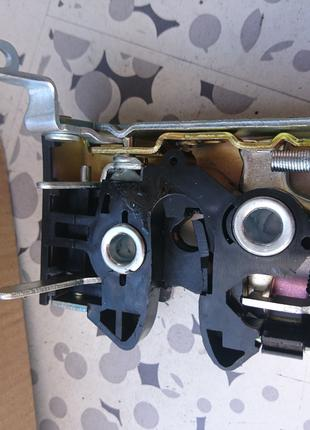 Замок боковой двери AUDI А-80 пердний левый
