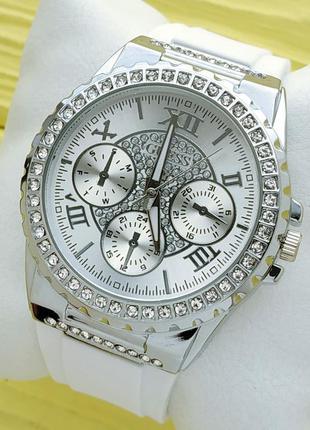 Женские наручные часы в камушках на белом каучуковом браслете,...