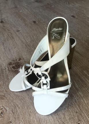 Новые кожаные шлепки bata на высоком каблуке.