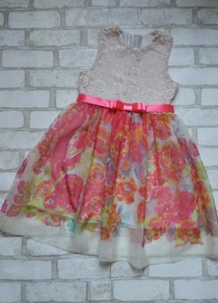Нарядное красивое платье на девочку с гипюром и цветами