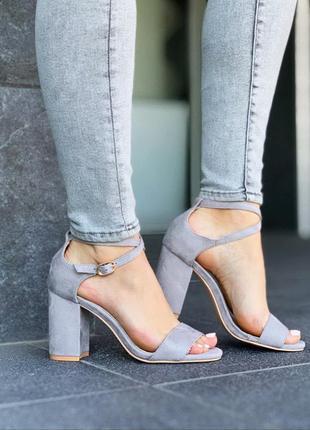 Шикарные серые босоножки на каблуке