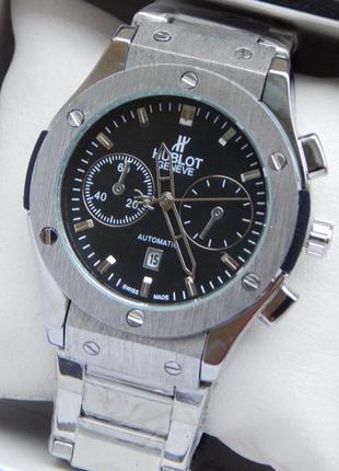 Мужские наручные часы стального цвета на металлическом браслет...