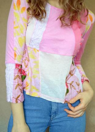 Стильный кроп-топ белого и розового цвета с принтом