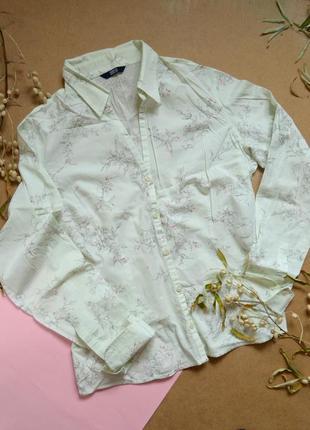 Классическая светлая рубашка в цветочный принт