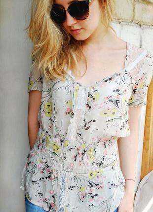 Нежная блуза светлого зеленого цвета с цветочками и кружевом
