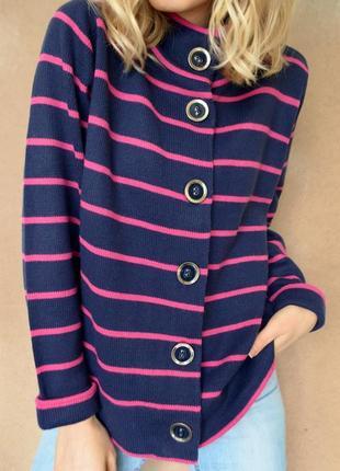 Стильный кардиган темно-синего цвета в розовую полоску