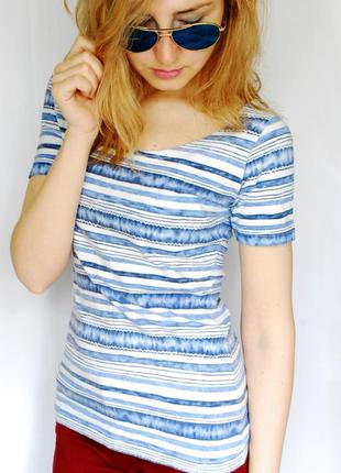 Красивая футболка в полоску голубого и белого цвета