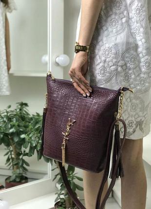 Женская сумка рептилия лилового цвета