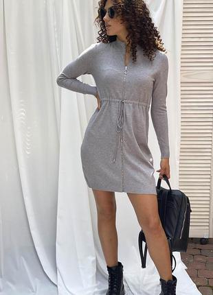 Серое платье с длинным рукавом