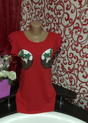 *прикольная  красная футболка  с  новогодним принтом*