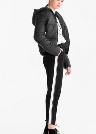 Актуальные черные брюки 7/8 из вискозы с лампасами