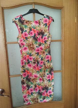 Очень крвсивое платье футляр в цветочный принт от zara, p. xs