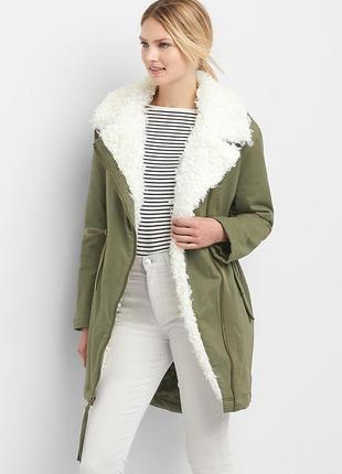Теплая куртка парка с белым меховым воротником под овчину на у...