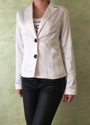 Белый нарядный пиджак размер s , жакет , блейзер атласный