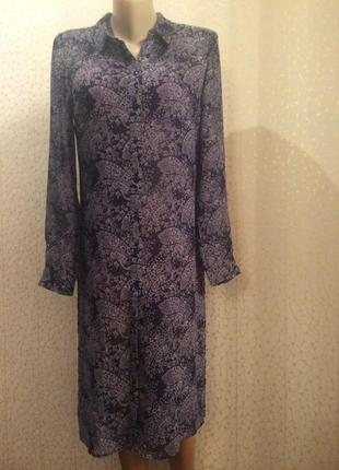 Удлиненное платье-рубашка, туника  украшено витиеватым узором ...