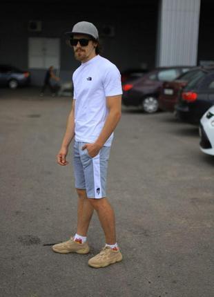 Комплект the north face белая футболка серые шорты