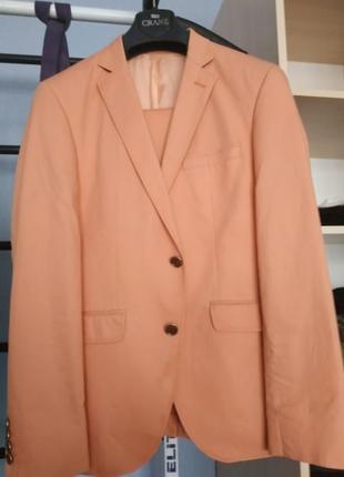 Костюм персикового цвета очень красивый!!