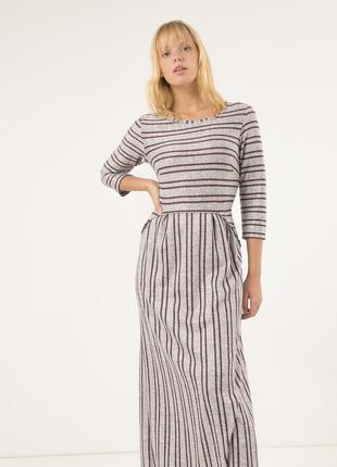 Стильное длинное платье season серого цвета в бордовую полоску