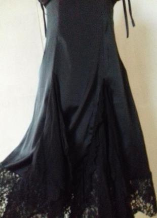 Платье со вставками шелка и ажурной ткани.