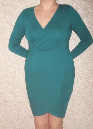 Платье темно-изумрудного цвета с запахом