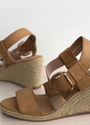 Босоножки, сандали, еспадрильи, на плетеной танкетки