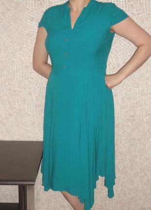 Красивое платье насыщенного изумрудного цвета
