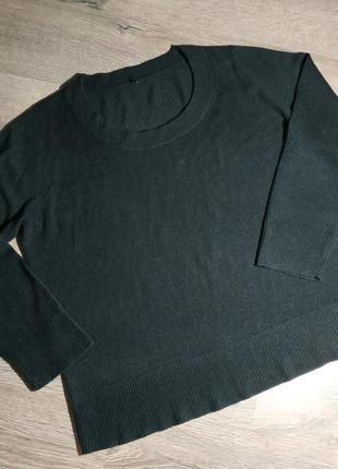 Черный свитер приятный к телу, базовая вещь