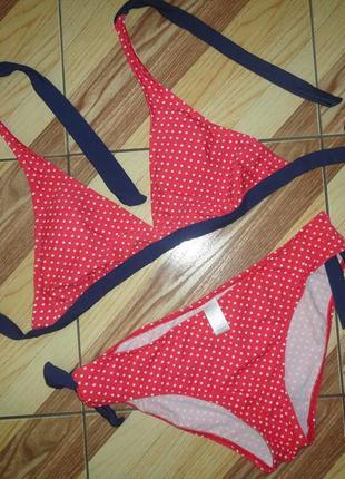 Красный купальник в горошек