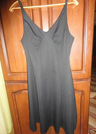 Черное платье на бретельках