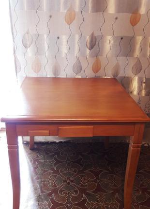 Качественный деревянный стол, можно использовать, как игровой.