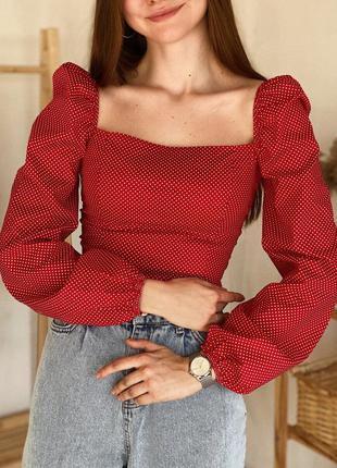 Красная укороченная блуза в горошек