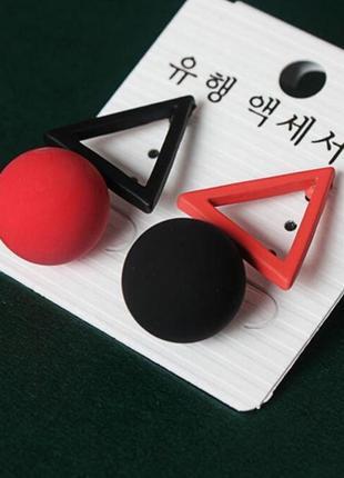 Асимметричные серьги треугольники красно - черного цвета