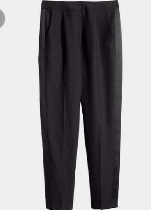 Чёрные зауженные брюки с атласными лампасами и поясом