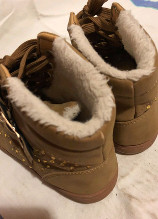 Тёплые ботинки, кеды.