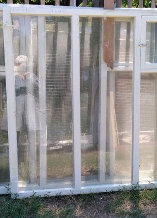 Окна деревянные со стеклом.