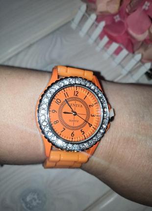 Часы наручные женские со стразами разные цвета