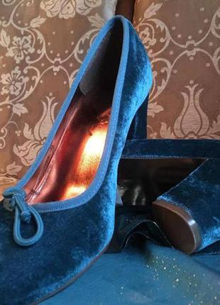 Красивые элегантные  бархатные туфли