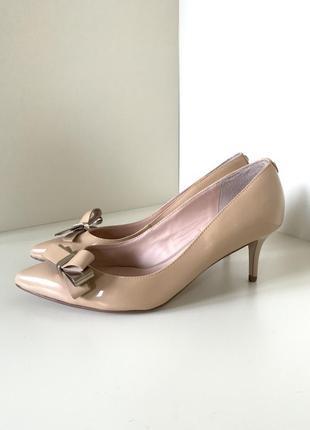Нюдовые туфли лодочки на среднем каблуке guess!