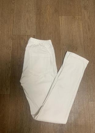 Белые джинсы на резинке скинни pieces